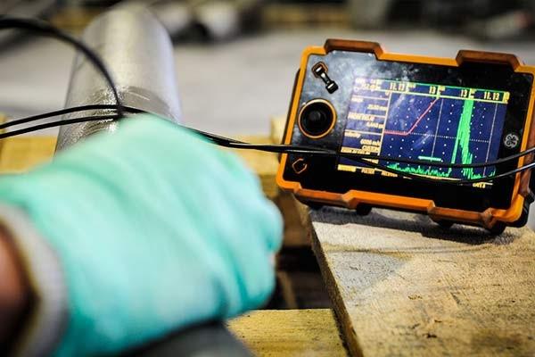 Badania ultradźwiękowe wykonujemy zgodnie z obowiązującymi normami lub zgodnie z normami wskazanymi przez Państwa. Badania ultradźwiękowe przeprowadzane są przez certyfikowany i wykwalifikowany personel naszego Laboratorium. Do badań ultradźwiękowych stosujemy defektoskopy ultradźwiękowe firm KRAUTKRAMER, STARMANS oraz odpowiednie głowice renomowanych producentów. Wykonujemy ultradźwiękowe pomiary grubości przy użyciu grubościomierza ultradźwiękowego DAKOTA MVX, którego główną zaletą jest możliwość pomiaru grubości przez powłoki malarskie.